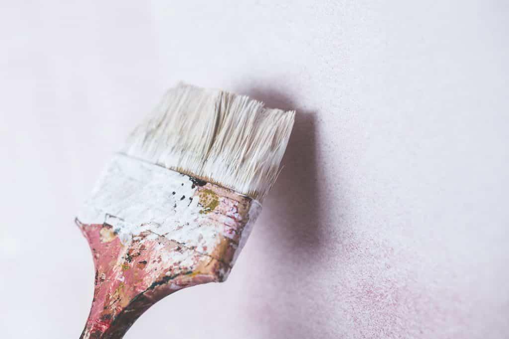 Peindre un mur blanc avec un pinceau