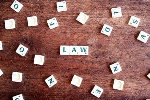 Lettres de scrabble écrivant Law