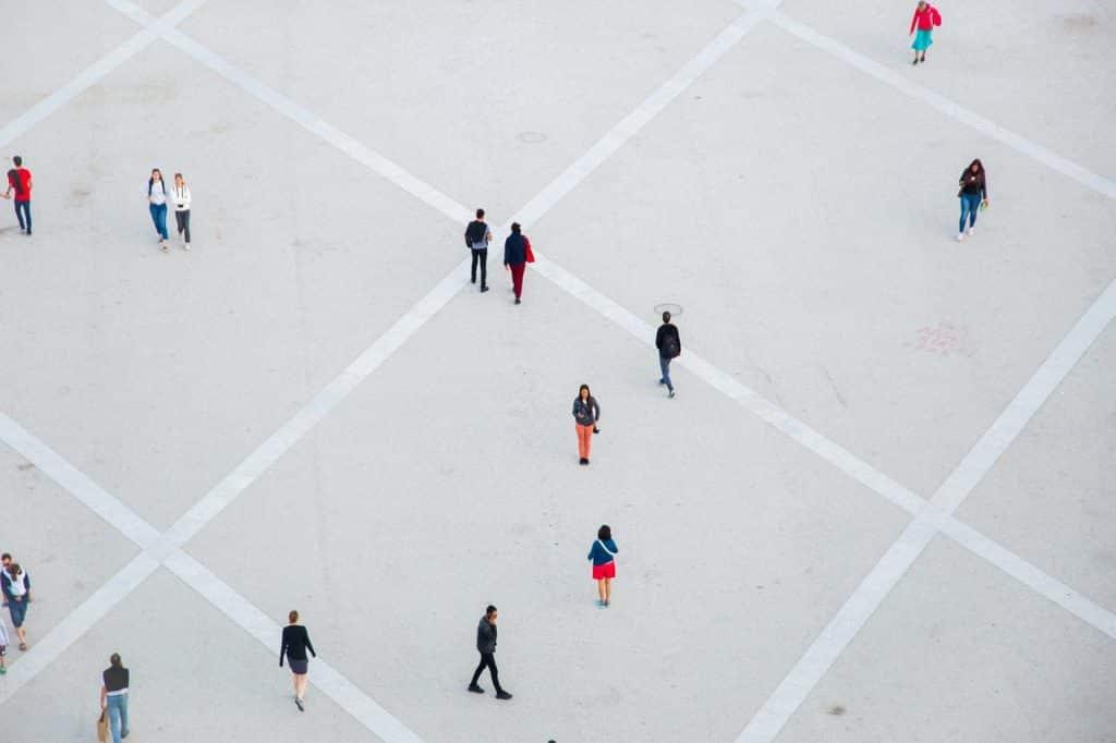 Grande place avec des personnes y marchant et se promenant, représentation d'un public cible