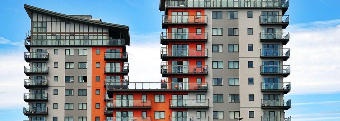 Grand immeuble coloré, avec de nombreux appartements, balcon, moderne