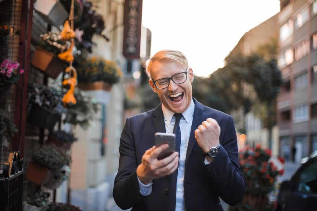 Homme heureux dans la rue , victoire