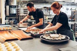 Des cuisiniers au travail